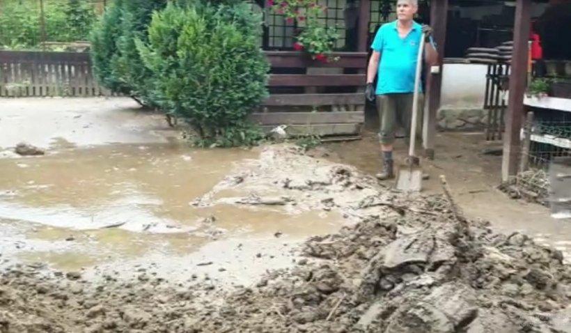 Moeciu, grav afectat de viitură: Curțile localnicilor au fost distruse, turiștii sunt blocați