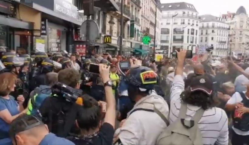 Proteste masive la Paris contra permisului sanitar. Au fost semnalate zgomote de explozii
