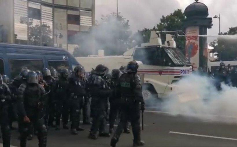 Proteste violente anti-vaccin în Franța. Jurnaliștii au fost atacați de manifestanți la Marsilia. La Paris, mai mulți jandarmi au luat foc după contactul cu o pubelă incendiată