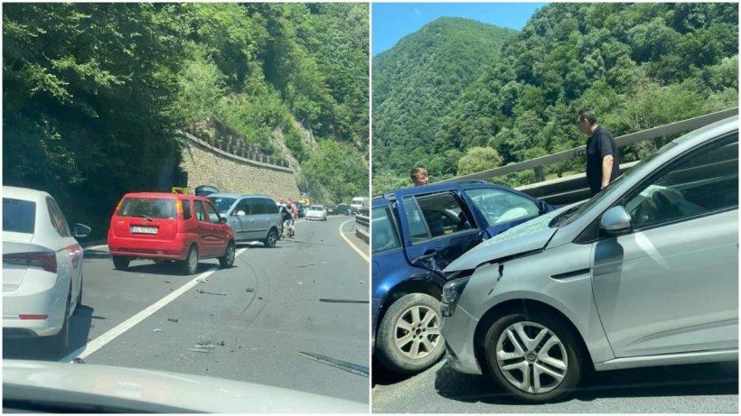 Accident cu 4 mașini, la limita dintre județele Sibiu și Vâlcea. Un şofer a intrat cu maşina pe cotrasens. Traficul este blocat