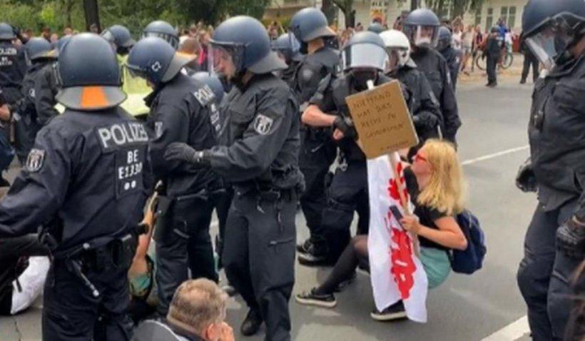 Protestatarii anti-restricții au atacat și hărțuit poliția din Berlin, la o zi după amplele mainfestații anti-vaccin din Franța