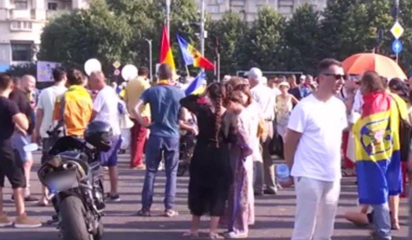 Sute de anti-vacciniști protestează în Piața Victoriei din București. Oamenii cer demisia guvernului