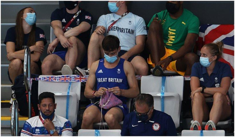 Un campion olimpic surprins de camere croșetând în tribune