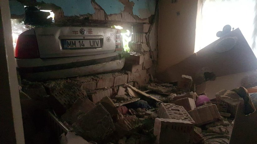 Două fetițe rănite, după ce o mașină a intrat în zidul camerei unde acestea dormeau. Șoferul în vârstă de 19 ani nu avea permis