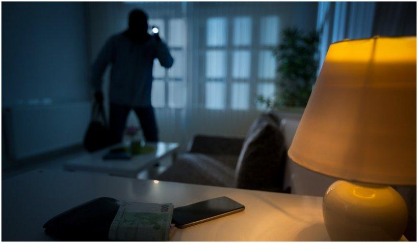 Neglijență de râs: după ce a dat o spargere, unul dintre hoți și-a uitat telefonul la locul faptei