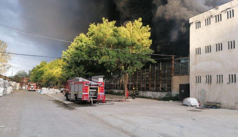 Incendiu la o hală de producţie de polistiren din Dâmboviţa. A fost emis mesaj Ro-Alert, sunt degajări mari de fum
