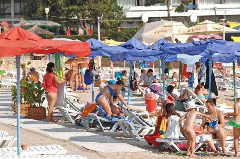 Prețuri uriașe pe litoralul românesc. Cât scot din buzuare turiștii pentru o sticlă de apă plată la sezlong