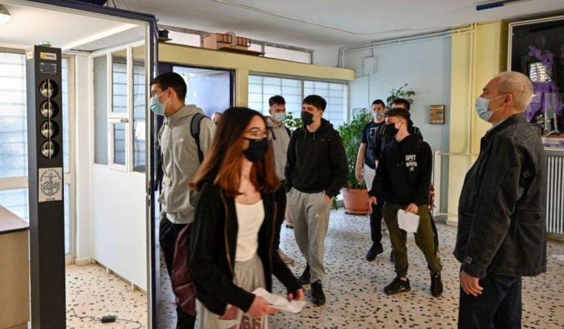Profesorii ar putea fi suspendaţi dacă refuză testarea sau vaccinarea anti-COVID-19, în Grecia