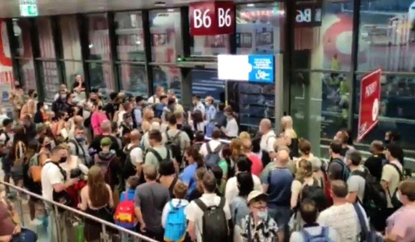 """Români blocaţi ore în şir pe aeroportul din Bergamo: """"Nu ne-a anunţat nimeni de zborurile amânate"""""""