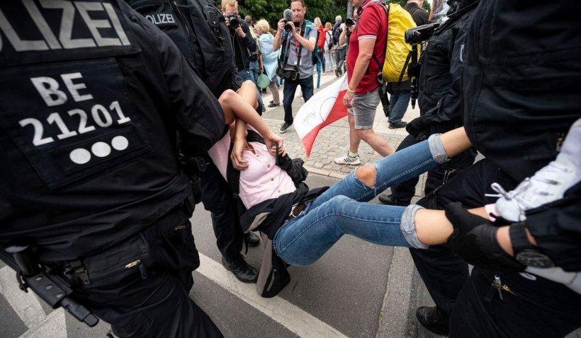 Sute de manifestanți anti-restricții au fost reținuți la Berlin. Un protestatar a murit