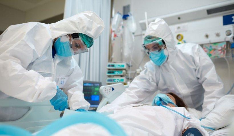Câte persoane complet vaccinate au murit după ce s-au reinfectat cu COVID