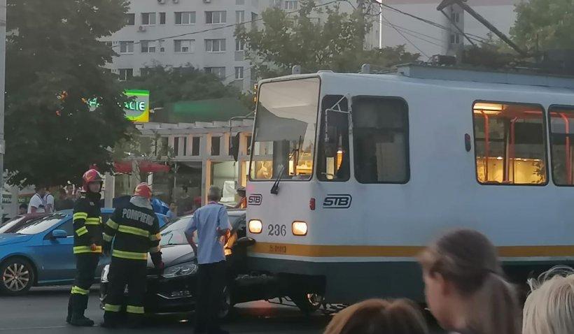 Accident rutier în Capitală între un tramvai şi un autoturism. O persoană a fost rănită