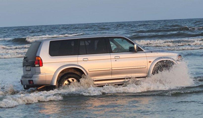 Un şofer din Tulcea a intrat cu maşina în mare, pe plaja din Sulina