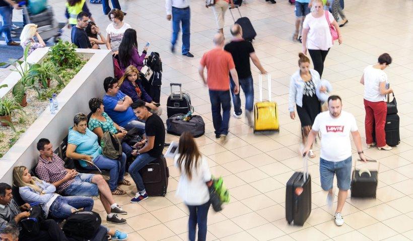 """174 de pasageri, care au sosit de la Bologna pe Aeroportul din Iaşi, au rămas fără bagajele de cală: """"Nimeni nu ne-a spus nimic"""""""