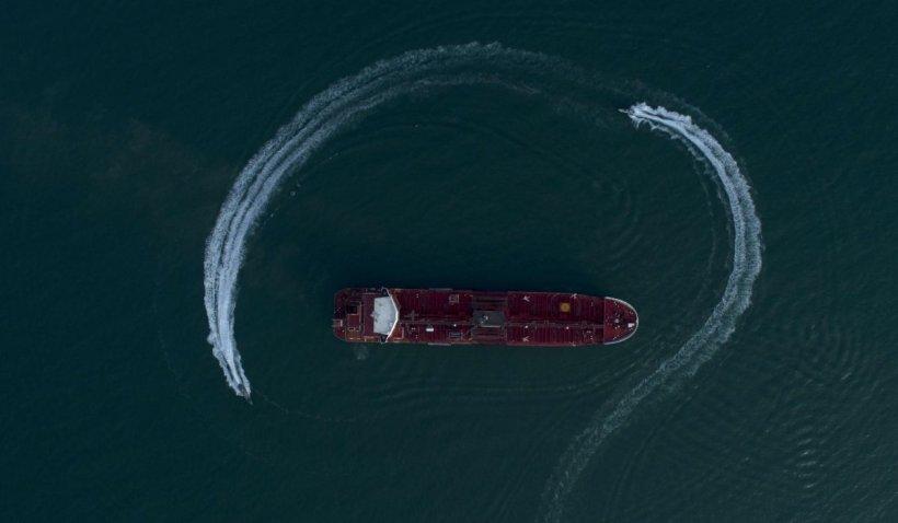 O navă comercială încărcată cu bitum a fost deturnată spre Iran de bărbați înarmați. Teheranul acuză o punere în scenă