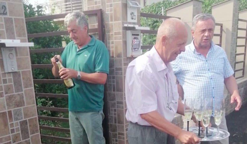 Câțiva piteșteni au deschis sticle de șampanie, de bucurie că li s-a asfaltat strada, după 10 ani de stat în noroaie