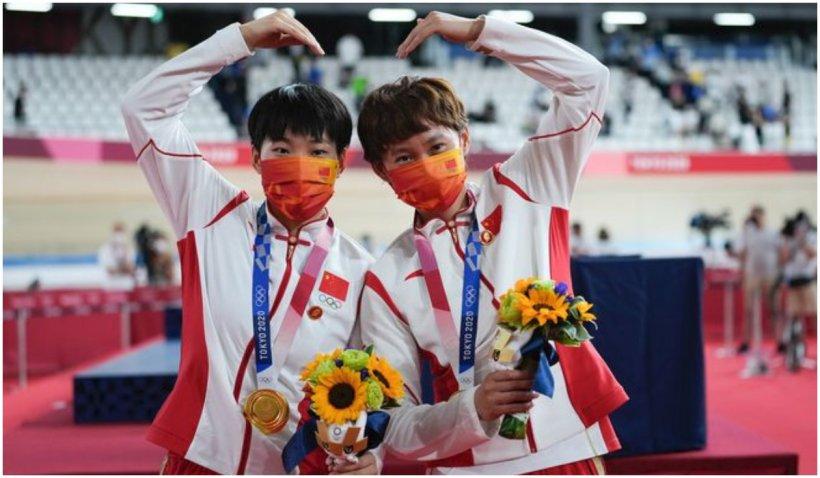"""Scandal la Olimpiadă: două chinezoaice au urcat pe podium având la piept insigne cu dictatorul Mao Zedong, considerat """"cel mai mare criminal din istorie"""""""