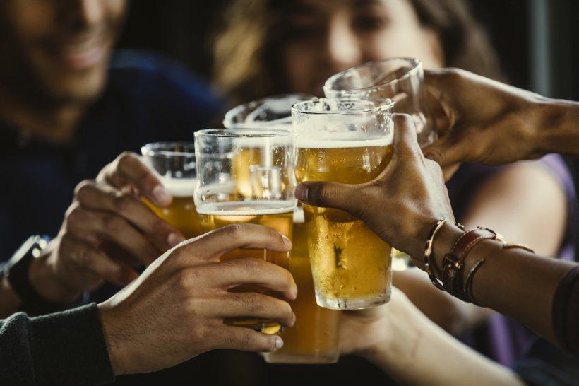 Doi ieşeni au furat o tonă de bere dintr-un depozit cu ajutorul unui tomberon