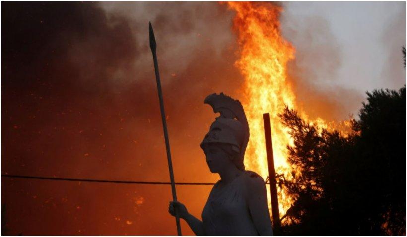 Noapte de infern în suburbiile Atenei: flăcările au mistuit zeci de case, localnicii au fost evacuați