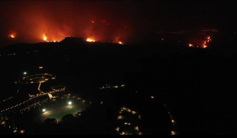 Iadul de flăcări din Grecia: a fost salvat situl Olimpia Antică. Pe insula Evia, oamenii au fost evacuați cu bărcile
