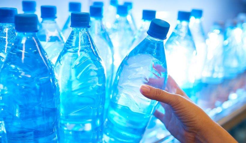 """Apa din sticla de plastic poate deveni cancerigenă vara. Fizician: """"Când PET-urile stau în soare, compuși chimici se transferă în apă"""""""