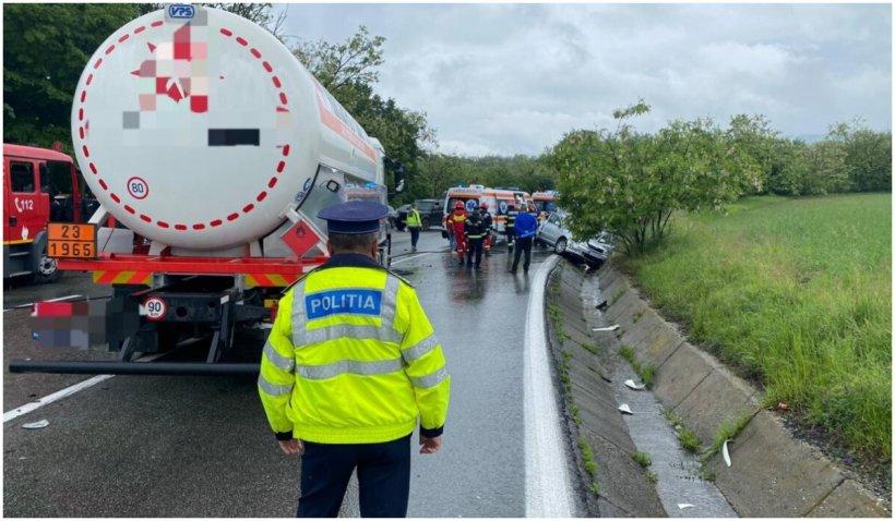 O cisternă plină cu 33 de tone de benzină şi motorină s-a izbit de o mașină, în Prahova, iar o femeie a murit