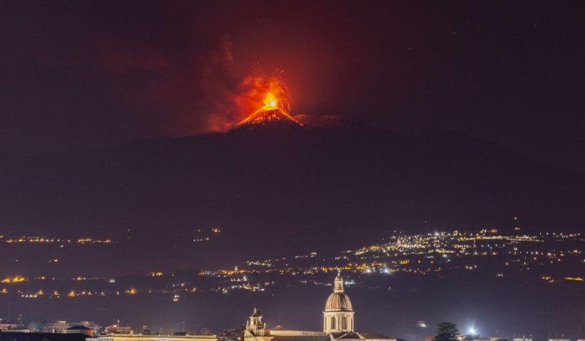 Vulcanul Etna s-a cutremurat din nou și a aruncat jerbe de lavă și nori cenușă. Este cea mai amplă serie de erupții din ultimii 20 de ani