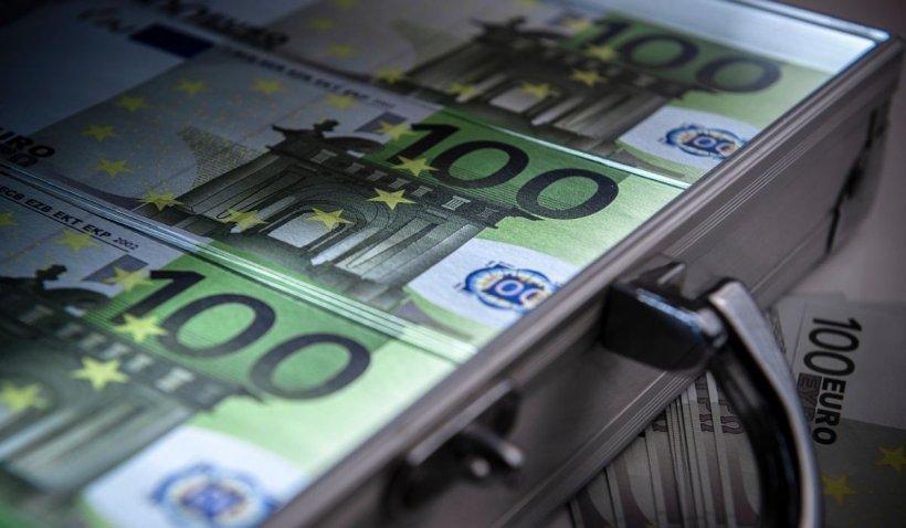 O româncă a furat sute de mii de euro după ce i-a înlocuit cu bancnote din Uzbekistan. Metoda ei, Rip Deal, devine tot mai populară printre tâlhari