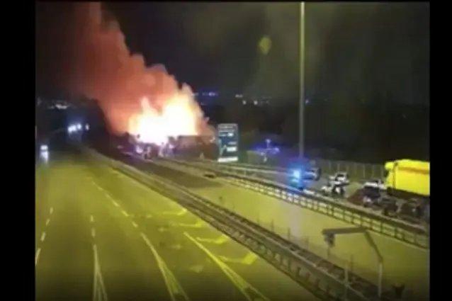 Tabără de romi de lângă Napoli, în flăcări. Sute de oameni au fost evacuaţi în plină noapte