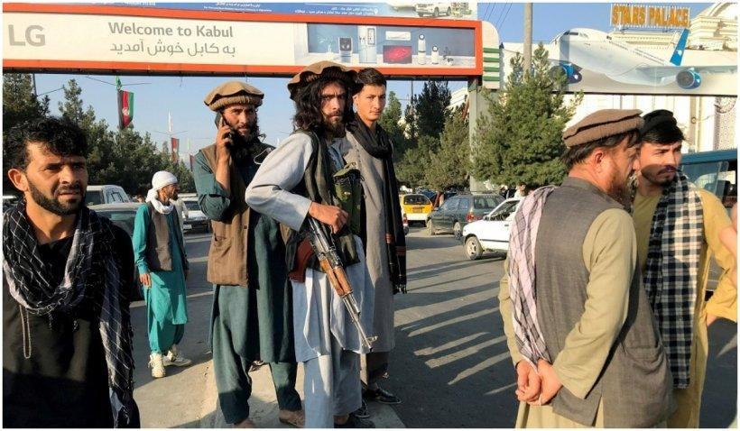 Deși au declarat că nu vor intra în Kabul, talibanii înarmați patrulează pe străzile unui oraș fantomă