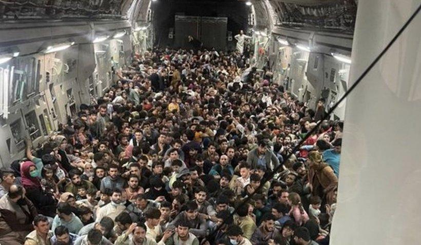Noi imagini ale dramei din Afganistan: sute de oameni înghesuiți într-un avion militar care a decolat de pe aeroportul din Kabul