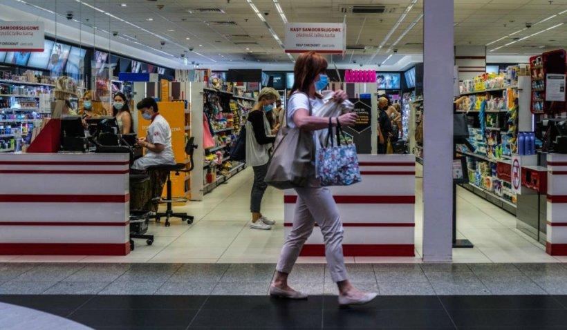 Nouă români arestați, după ce au furat mai multe produse din mall-urile din Spania