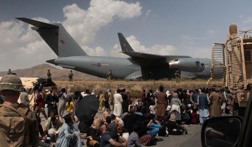 """Mărturiile afganilor evacuați și aventura lor către libertate: """"Talibanii ne bat, trăim în teroare"""""""