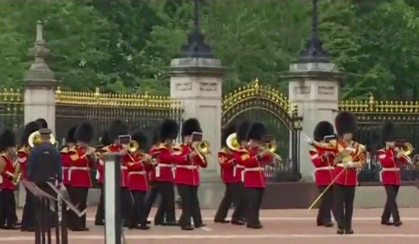 Ceremonia de schimbare a gărzilor regale a fost reluată la Palatul Buckingham, după o pauză de 17 luni