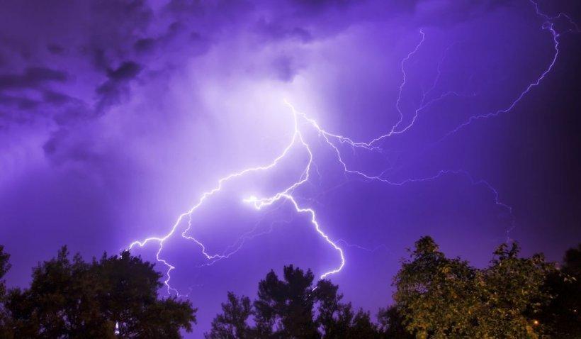 Alertă de ploi torențiale în jumătate de țară. ANM a emis Cod portocaliu și galben de furtuni