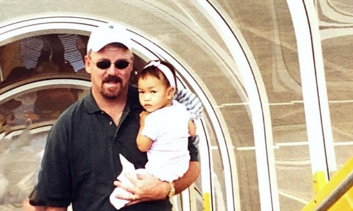 O copilă avea 14 luni când părinții au legat-o de bomba care a lăsat-o fără picioare. Tânăra participă acum la Olimpiadă