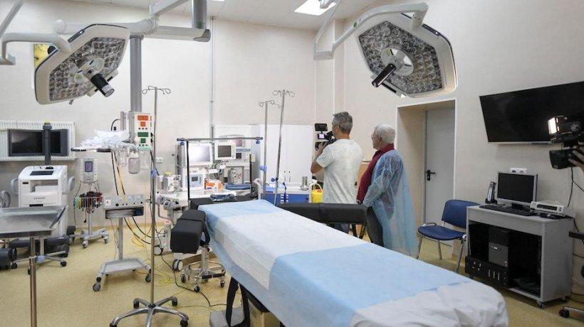 Incident în sala de operație. Lampă căzută în capul asistentei în timpul unei intervenții, la Spitalului Municipal din Lugoj