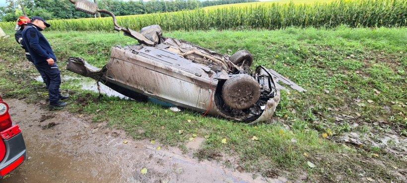 Mașină ruptă în două după un accident care a avut loc la Iași. Jumătate din maşină, aruncată zeci de metri