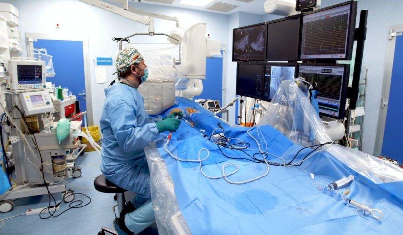 """Ce se întâmplă atunci când simți că inima """"flutură în piept""""? Cum se poate trata fibrilația atrială, una dintre cele mai răspândite aritmii cardiace"""