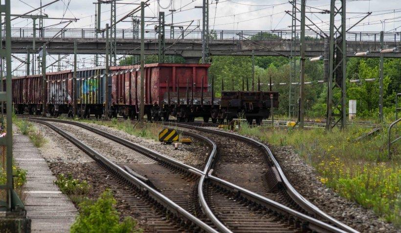Viteza medie a trenurilor de marfă în România este de 16 km/h. Drumul unui marfar, de la Constanța la Arad, ar dura între 7 și 12 zile