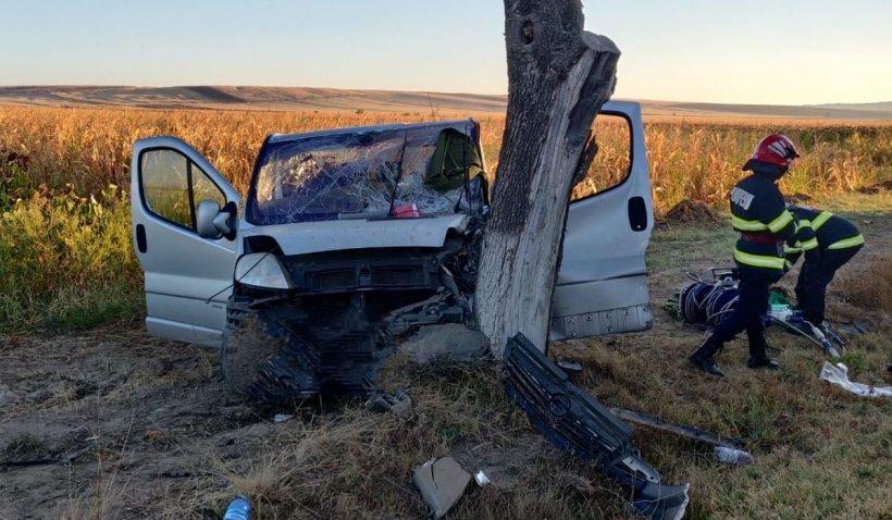 Microbuz cu muncitori distrus într-un copac, accident grav în zona Pădurea Sarului din Olt