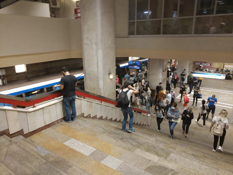 Haos la metrou după ce un tren s-a defectat la stația Piața Romană