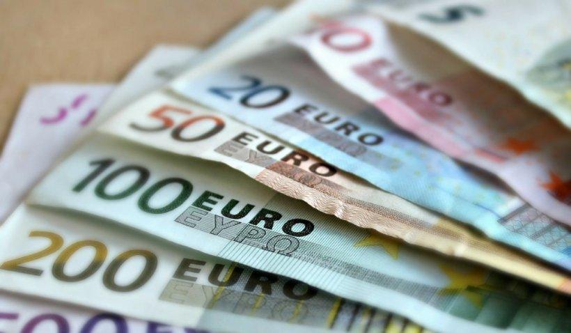Euro a atins o a treia cotă istorică. Criza politică aruncă în aer leul