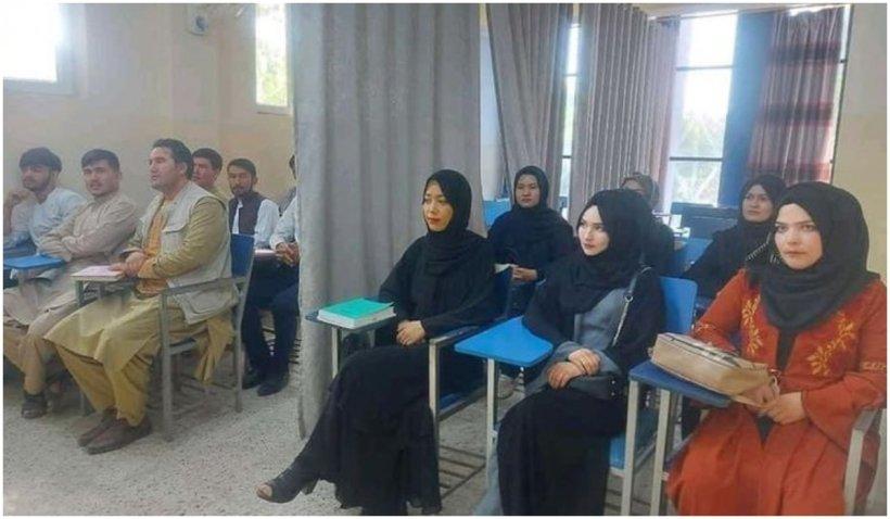 S-au reluat cursurile la Universitatea din Kabul: bărbații și femeile sunt despărțiți de o perdea