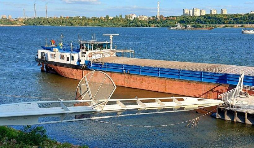 Alertă în portul Giurgiu! Un bărbat este căutat de scafandri, după ce a căzut în Dunăre de pe o barjă