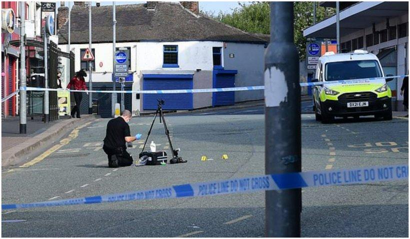 Doi britanici au fost grav răniți, după ce au încercat să salveze două tinere care erau violate