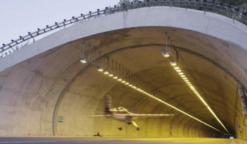 """Pilotul cascador din """"Misiune Imposibilă 7"""" a intrat în Cartea Recordurilor după ce a zburat cu avionul printr-un tunel rutier"""