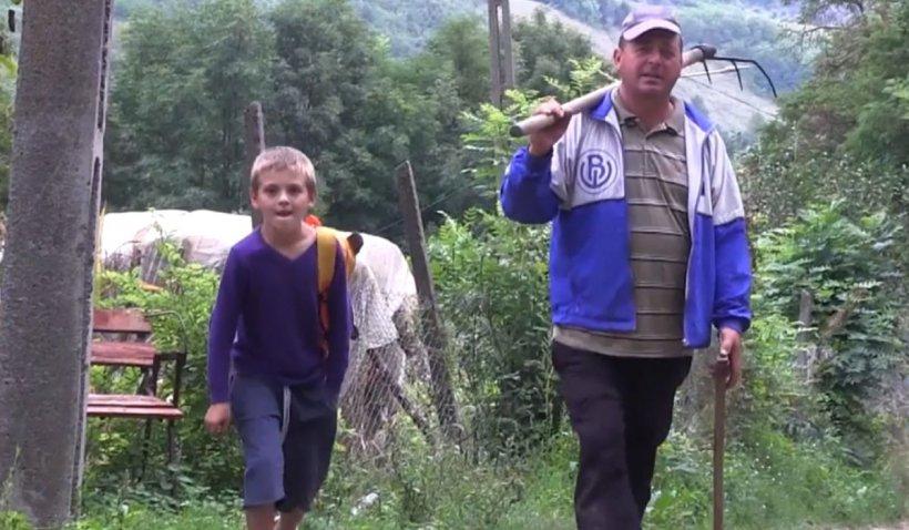Şcoala, culegere de probleme - campanie Antena 3. Elevii care merg kilometri pe jos pentru o şansă la educaţie