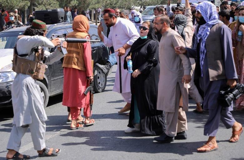 Talibanii au biciuit femeiieșite la protest în Kabul după anunțarea guvernului interimar și i-au bătut pe jurnaliștii locali