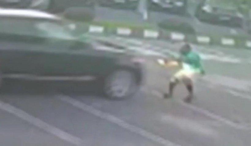 Angajatul unei spălătorii auto, călcat cu mașina de un client nemulțumit, în Capitală